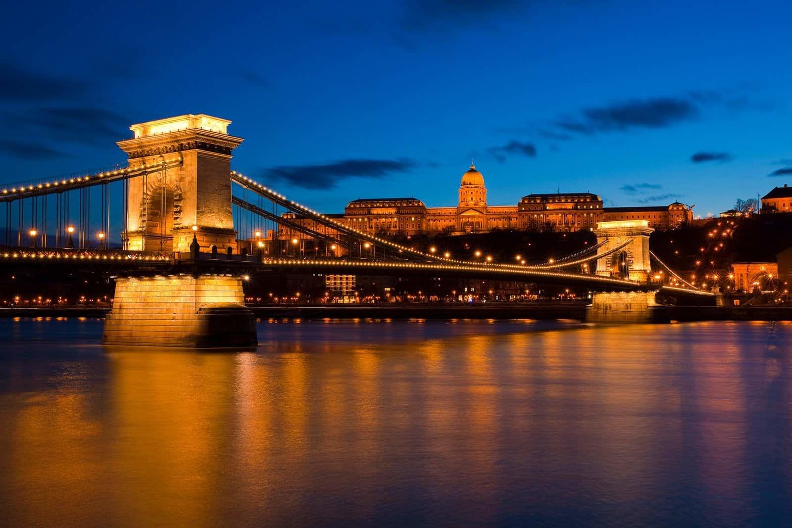 Вечерняя панорама моста в исторической части города