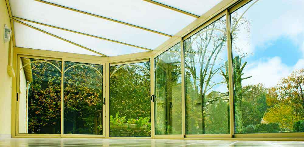 Поликарбонатные окна установлены в солярии и предпочитают их долговечность.