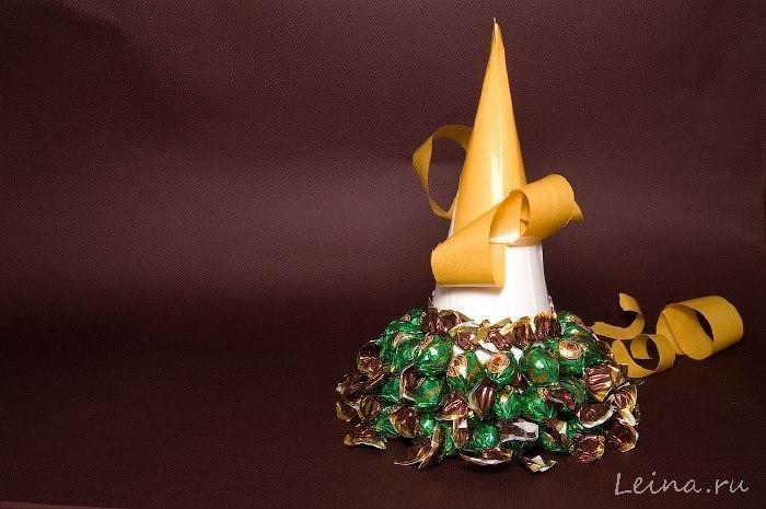 Новорічна ялинка з цукерків