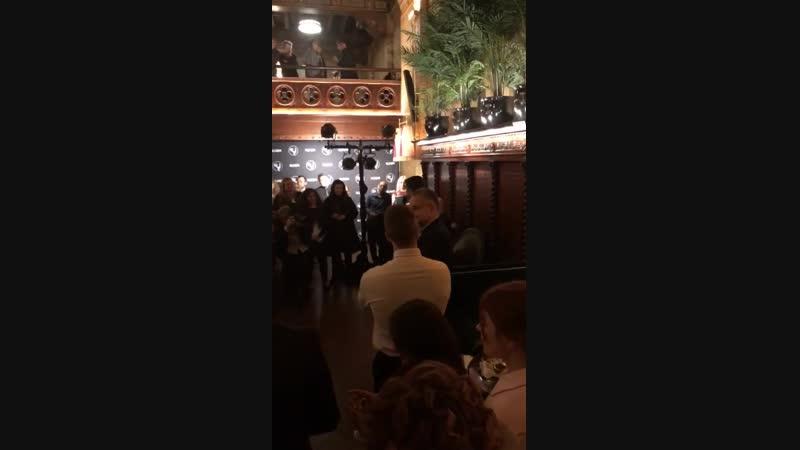 строис Эдже Йорендж с вечеринки открытия премии Эмми.  Керем Чатай толкает речь на вечеринке открытия премии Эмми2018: