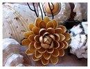 Очень интересная, а главное легкая идея создания цветка из скорлупы от фисташек.