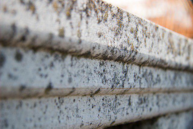 На спортивной площадке во дворе на улице Плещеева отремонтировали бортовой камень