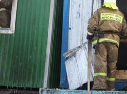 В Мурманске загорелась строительная бытовка
