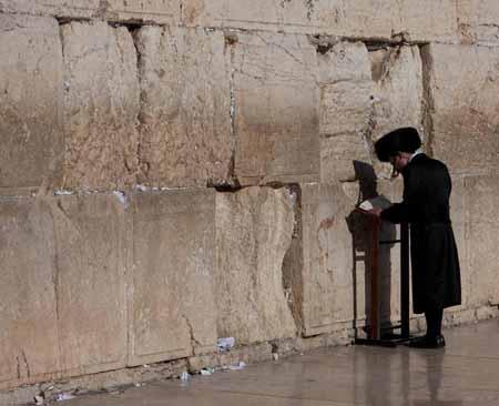 Мужчина-хасид молится в Котеле (Стена Плача).