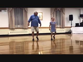 Внучка рекрутирует дедушку в качестве танцевального партнера