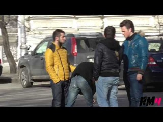 Розыгрыши над людьми  Уличная драка Beating on the Street Prank