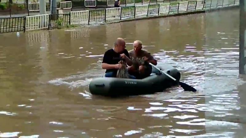 Чоловік на човні рятує людей у Львові після зливи