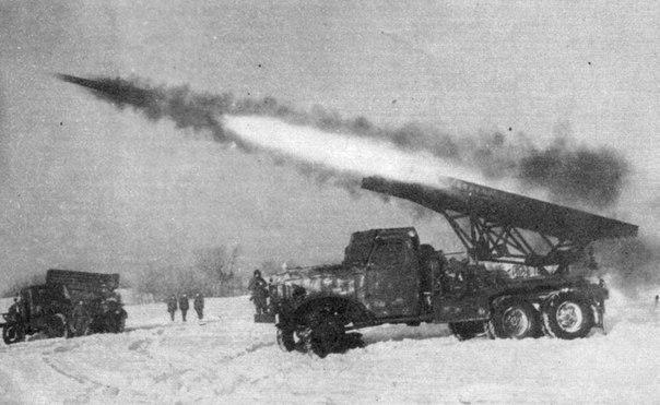 забавный факт про катюши вообще, во время второй мировой, на вооружении советской армии было очень много реактивных снарядов. самые известные из них – м-13, именно их устанавливали на первые