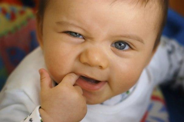 🌿 НАРОДНЫЕ СРЕДСТВА ПОМОЩИ ПРОРЕЗЫВАНИЮ ЗУБОВ У МАЛЫШЕЙ 🌿 1. Облегчить выход первого зубика малышу может и чистый мамин палец, который он будет с упоением жевать. Можно массировать детские десны пальцем. 2. Протереть десна пальцем, обернутым тканью, смоченной в соде или в растворе буры (1 ч. л. на стакан воды). 3. Использование льда. Можно завернуть небольшой кусочек льда в тряпочку, легко потереть этим по деснам, это поможет снять давление с десен и боль. Но нужно постоянно следить за тем,…
