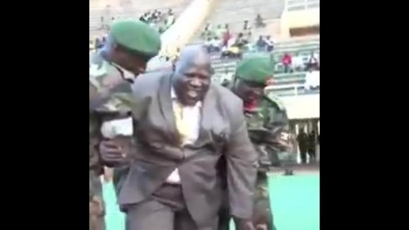 Премьер-министр Уганды решил попинать мячик, но… что-то слегка пошло не так
