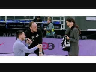 Предложение руки и сердца на матче