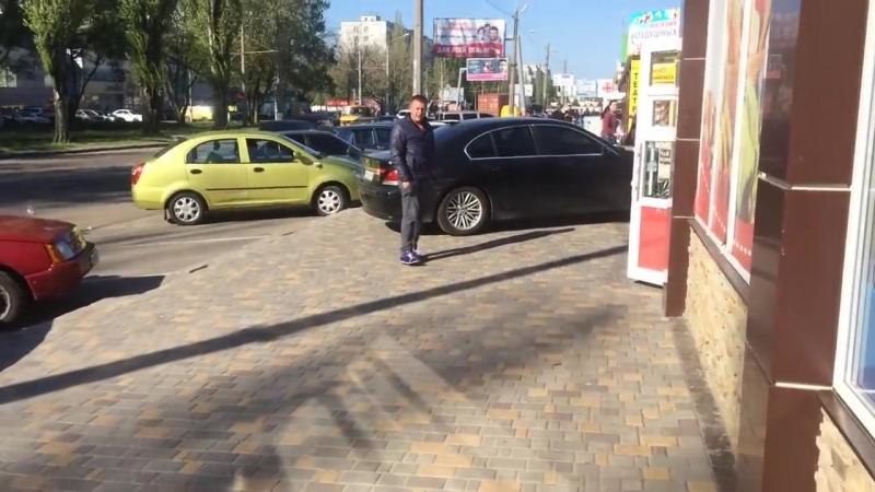 В Одессе пьяная дама на BMW выехала задним ходом