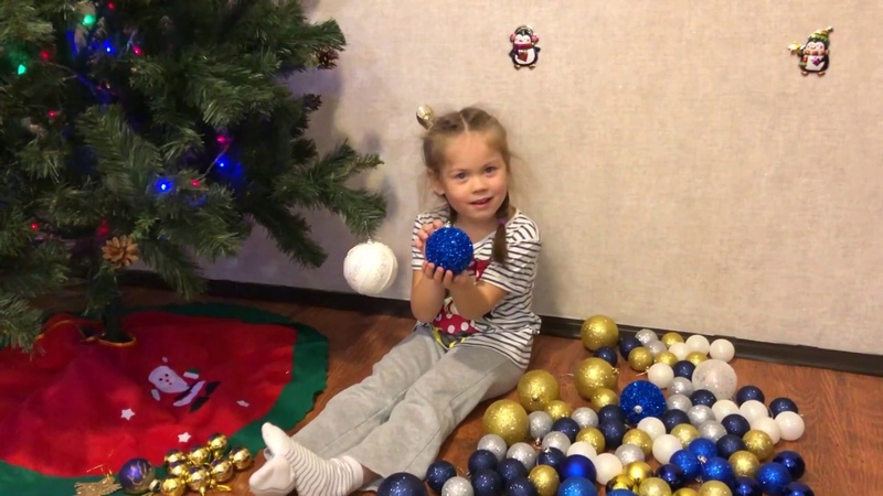 Украшаем новогоднюю Елочку, Даша достала кучу шариков