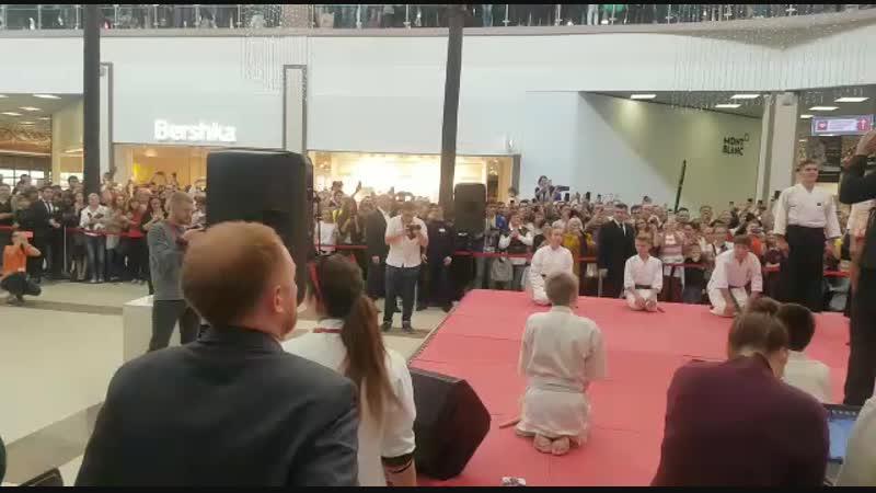 Показательное выступление Краснодарского клуба айкидо Такемусу Айки на торжественной закладке именной звезды Стивена Сигала в ТРЦ Красная площадь гор. Краснодар