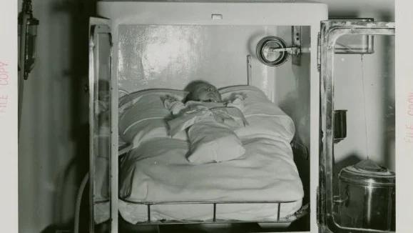 «Инкубаторы с живыми детьми» Аттракцион и его руководительНа входе висела огромная надпись: «Инкубаторы с живыми детьми». Само помещение располагалось на Чикагской ярмарке с1933по1934года.