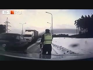 В Екатеринбурге инспектор ДПС еле успел увернуться от летящей на него фуры