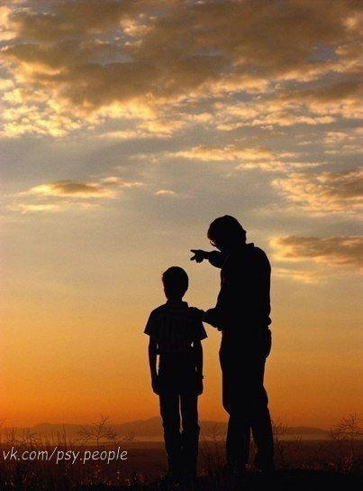 Притча. Позитивный взгляд Ребенка Однажды отец богатой семьи решил взять своего маленького сына в деревню, на ферму чтобы показать сыну насколько бедными могут быть люди. Они провели день и ночь на ферме у очень бедной семьи. Когда они вернулись домой, отец спросил своего сына: - Как тебе понравилось путешествие? - Это было замечательно, папа! - Ты увидел насколько бедными могут быть люди? – спросил отец. - Да. - И чему ты научился из этого? Сын ответил: - Я увидел, что у нас есть собака в…