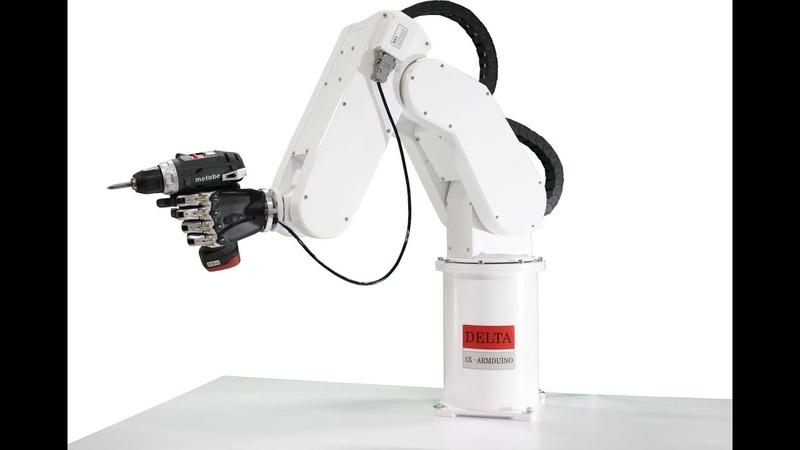 Уникальный бионический протез кисти человека установлен на промышленном роботе