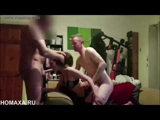 Любительский хардкор втроём с опытной молодой проституткой в чулках