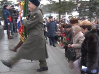Цветы и венки от ветеранов, администрации и горожан.