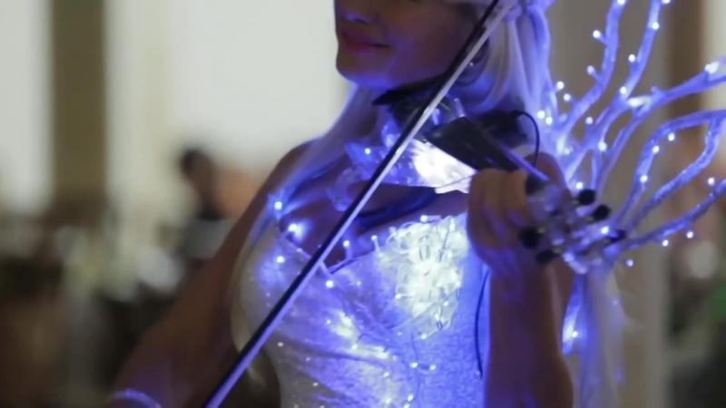 Шикарная скрипачка. Это потрясающе! Очень красивое исполнение