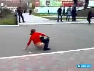 Пьяная дура обоссалась на улице
