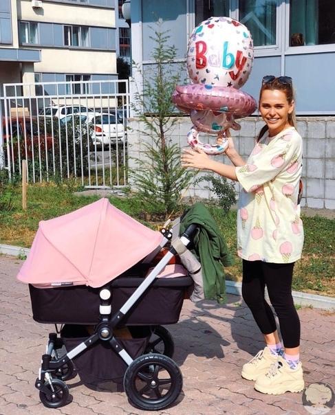 Анна Хилькевич на прогулке с младшей дочкой Машенькой