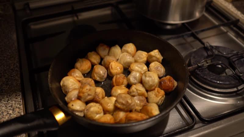пельмешки жарятся в сковородке