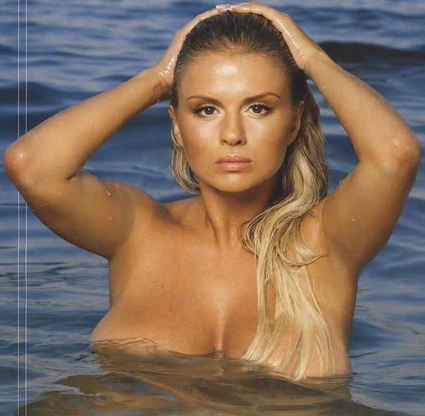 Фото: Полностью голая Анна Семенович (Anna Semenovich) в воде.