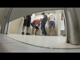 Гей порно в общественном туалете скрытая камера