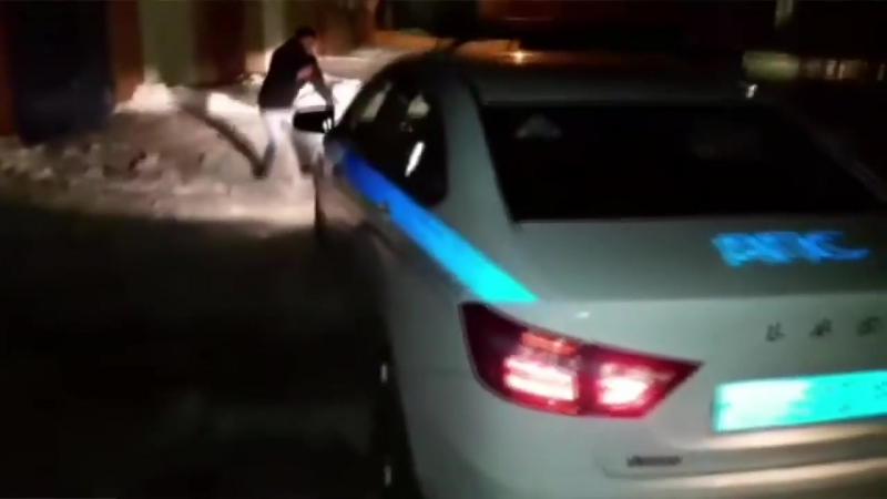 Полицейский сбил человека применил еще газовый балончик электро шокер и скрылся