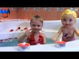 Little Mommy. Ярослава и кукла купаются в ванне с лепестками роз. Видео для детей. BathTime