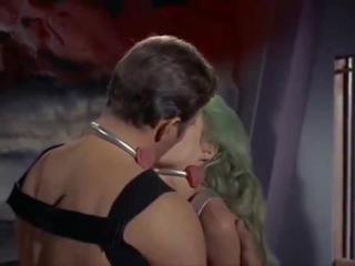 Капитан Кирк знает как ублажать женщин.