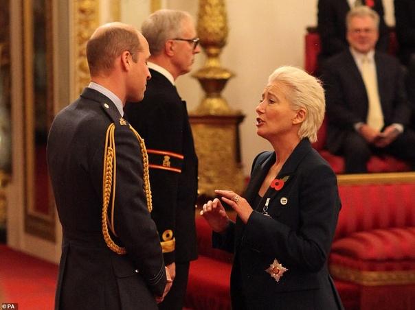 Эмма Томпсон стала дамой и заставила краснеть принца Уильяма Эмму Томпсон наградили Орденом Британской империи. Церемония состоялась 7 ноября 2018 года и проводил ее принц Уильям. Как рассказала