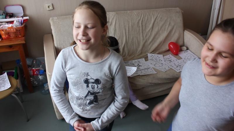 Настя и Вероника поют песню