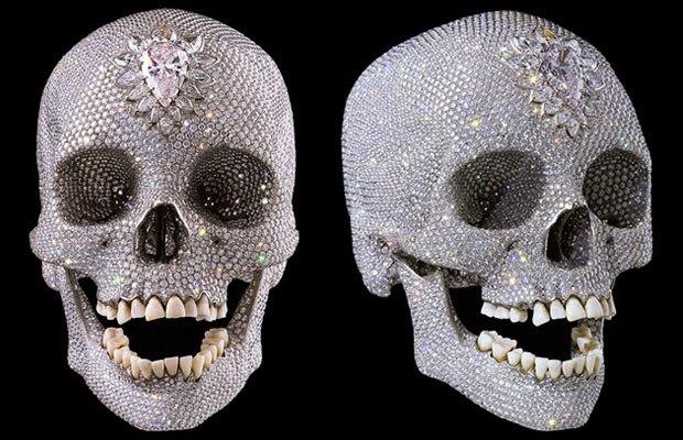 платиновый человеческий череп, обильно украшенный бриллиантами