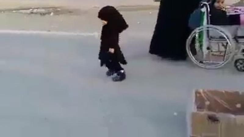 служение шиитского ребёнка для пилигримов имама Хусейна. ❤️🌺