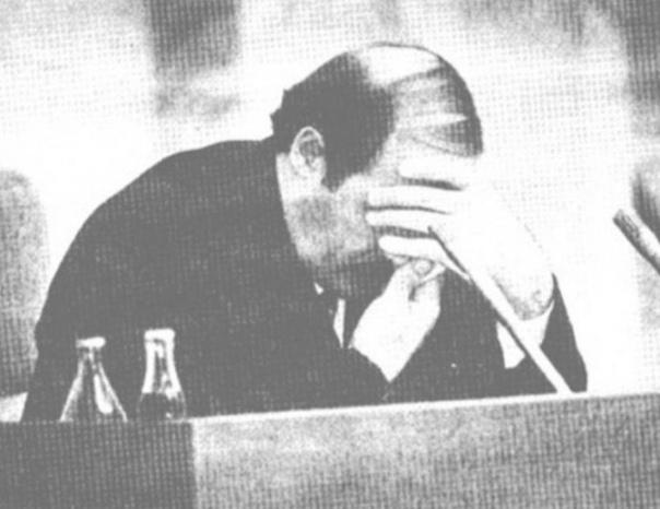 Зима 1994 года. Парламент Беларуси. Фото с выступления депутата Сергей Антончика в парламенте с докладом о коррупции в окружении молодого правителя. Лукашенко в это время сидел за своей