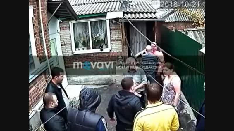 Ламповые 90-е в Ростове шесть человек избили семью во дворе собственного дома