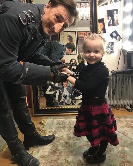 Дочка Сергея Безрукова пришла поддержать папу перед спектаклем.