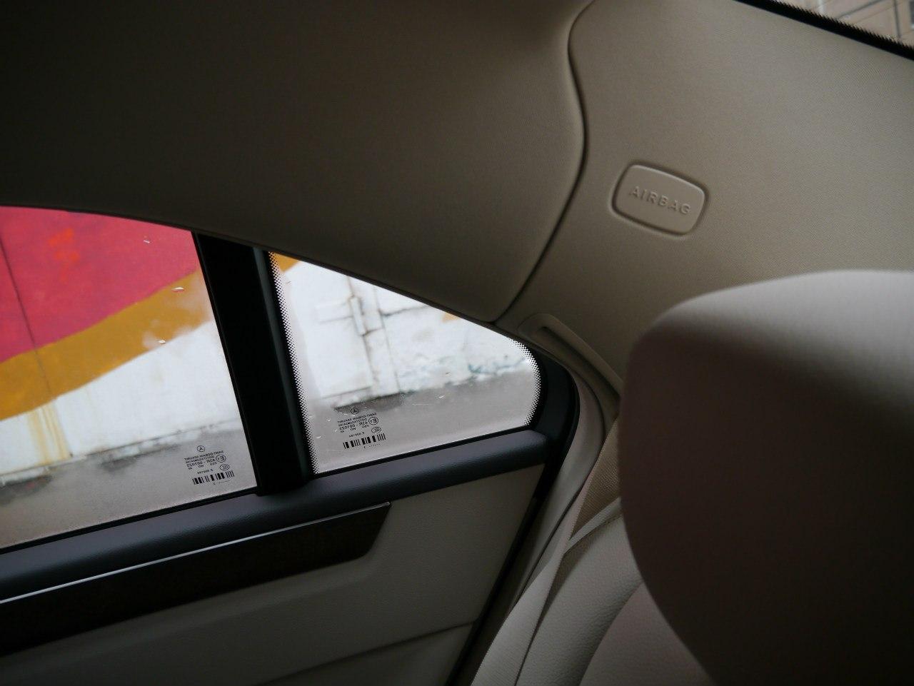 Пассажиры на заднем диване Mercedes-Benz E 2014 защищены подушками безопасности в стойках и надувными шторками в окнах.