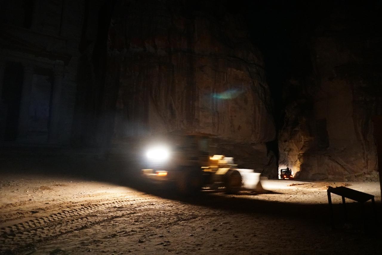 Что происходит ночью в самом таинственном городе мира темноте, Петры, очень, часть, Когда, Казны, больше, света, трактора, ничего, городу, спустился, такое, здесь, древнем, желоб, комплекса, дороге, Петра, кромешной
