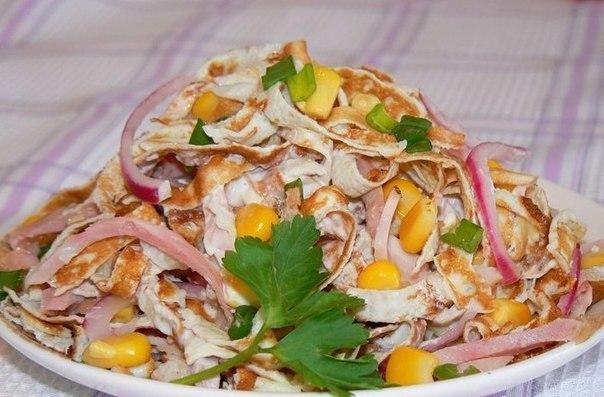 Салат с блинами и ветчиной и кукурузой
