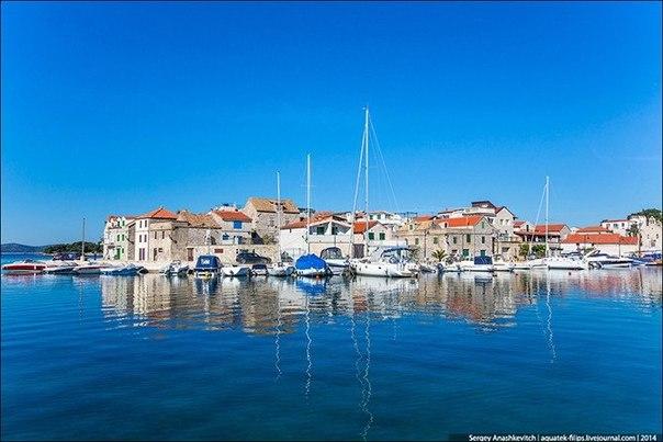 Трибухонь – такое название получил этот маленький и невероятно красивый городок в Средней Далмации в далеком 1463 году. Это уже позже итальянцы его переименовали в Ребоккони, а сегодняшние хорваты называют Трибунь.