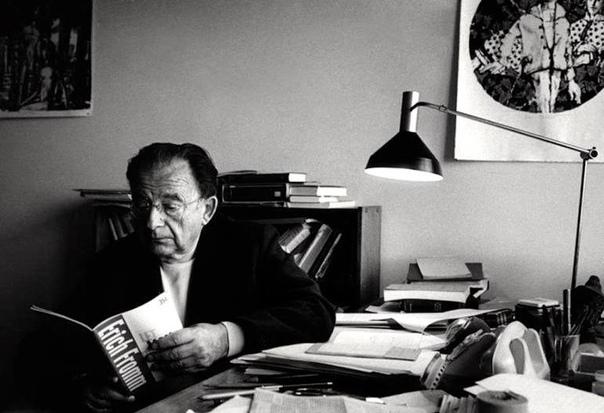 Эрих Фром: Человек одинок Перечитываем эссе «Человек одинок», в котором выдающийся психотерапевт Эрих Фромм размышляет об одиночестве человека в мире всеобъемлющего потребления, о