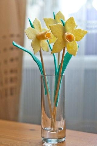В дополнение - сувенирные цветы.  Бисер, войлок, проволока, дерево.