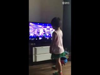 The lil girl kept pointing at Jongdae on tv