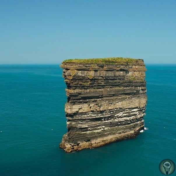 10 самых впечатляющих морских скал. 1 - Скала Dan Bristy высотой в 50 метров находится в 80 метрах от берега на берегу Атлантики в Ирландии. Эта скала пользуется популярностью у орнитологов из