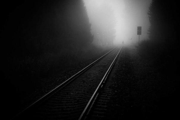 Нечисть на железной дороге Шёл 1962 год. Мы, беззаботные, озорные 8-9-летние девчонки играли вблизи железнодорожного полотна с песком. Мимо проносились скорые пассажирские поезда, громыхали