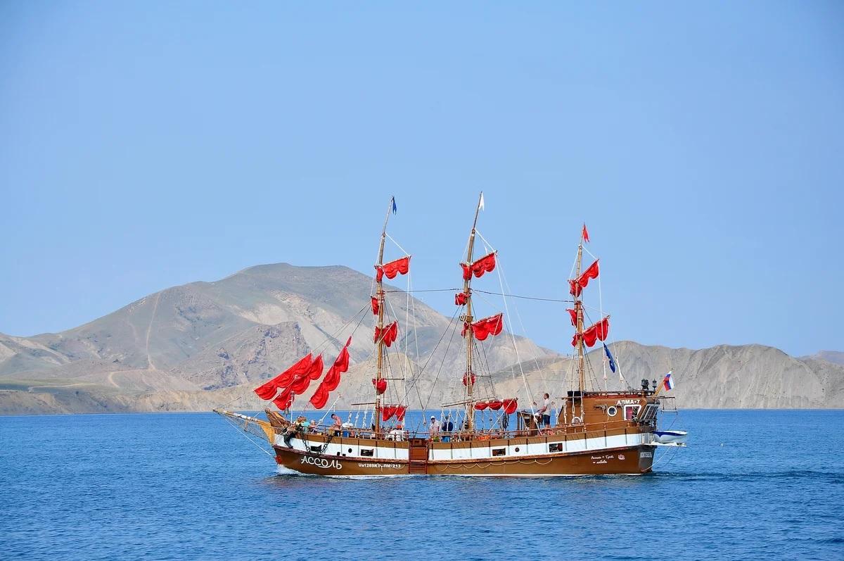 Трехмачтовая яхта АССОЛЬ в Коктебеле проводит в теплую половину года морские прогулки к Карадагу и Судаку